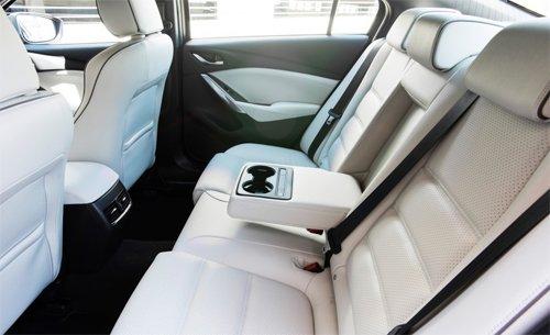 Đánh giá xe Mazda 6 2017 có hàng ghế sau rất thoái mái với 3 người ngồi.