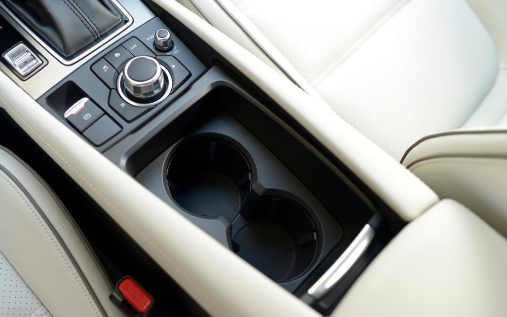 Đánh giá xe Mazda 6 2017 có khay để ly rất thoáng và cũng rất gọn gàng.