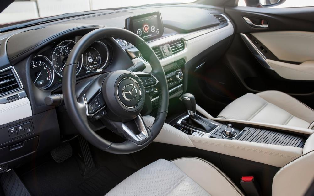 Đánh giá xe Mazda 6 2017 có hàng ghế trước thiết kế ôm lấy thân người ngồi.