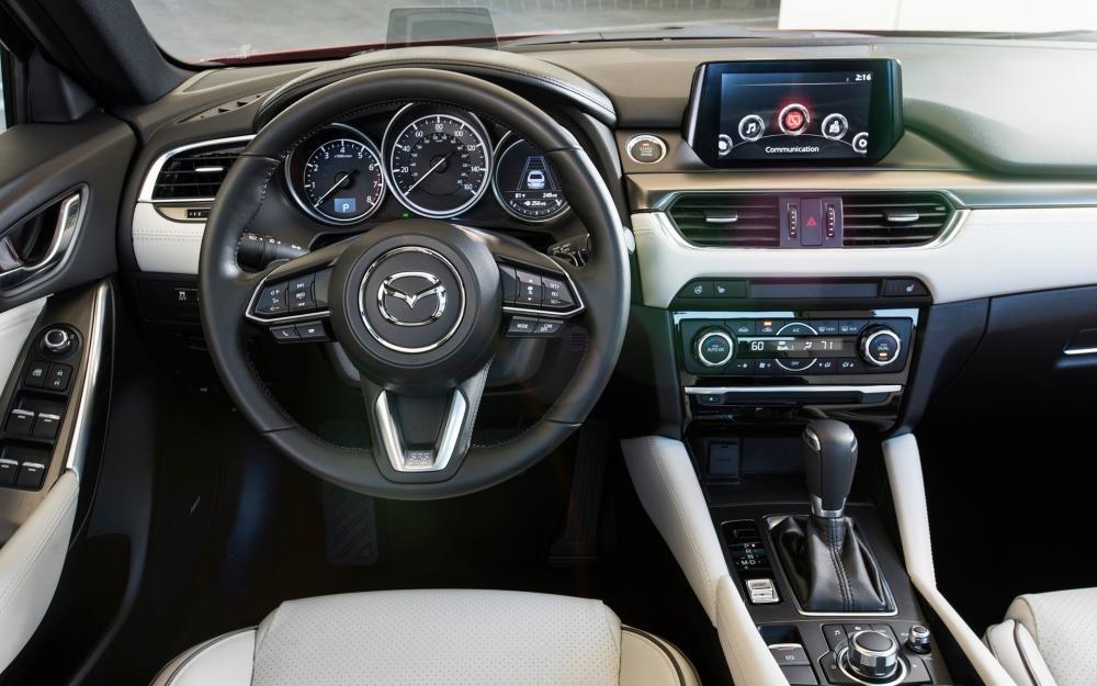 Đánh giá xe Mazda 6 2017 có vô lăng 3 chấu thể thao với viền mạ crom .