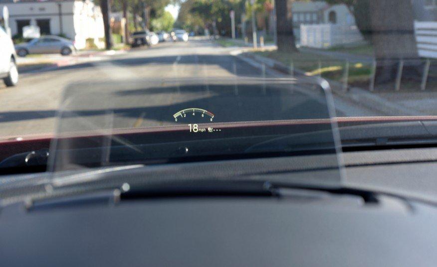 Đánh giá xe Mazda 6 2017 có HUD hiển thị trên kính lái tiện ích.