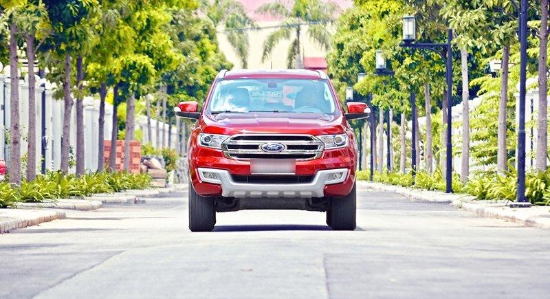 Đánh giá xe Ford Everest Trend 2016 có đầu xe mềm mại nhưng vẫn chắc chắn.