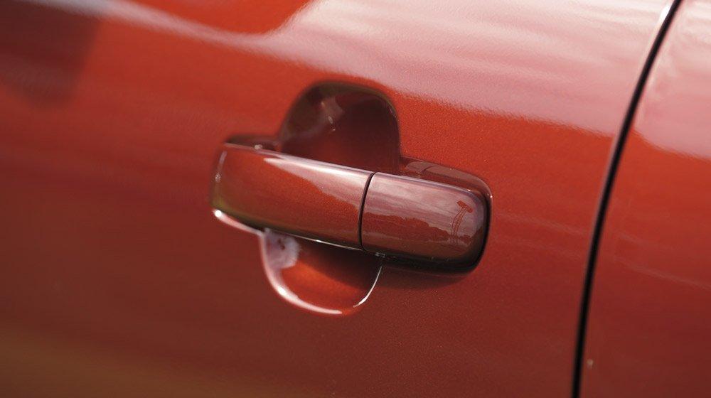 Đánh giá xe Ford Everest Trend 2016 có tay nắm cửa đồng màu sơn thân xe.