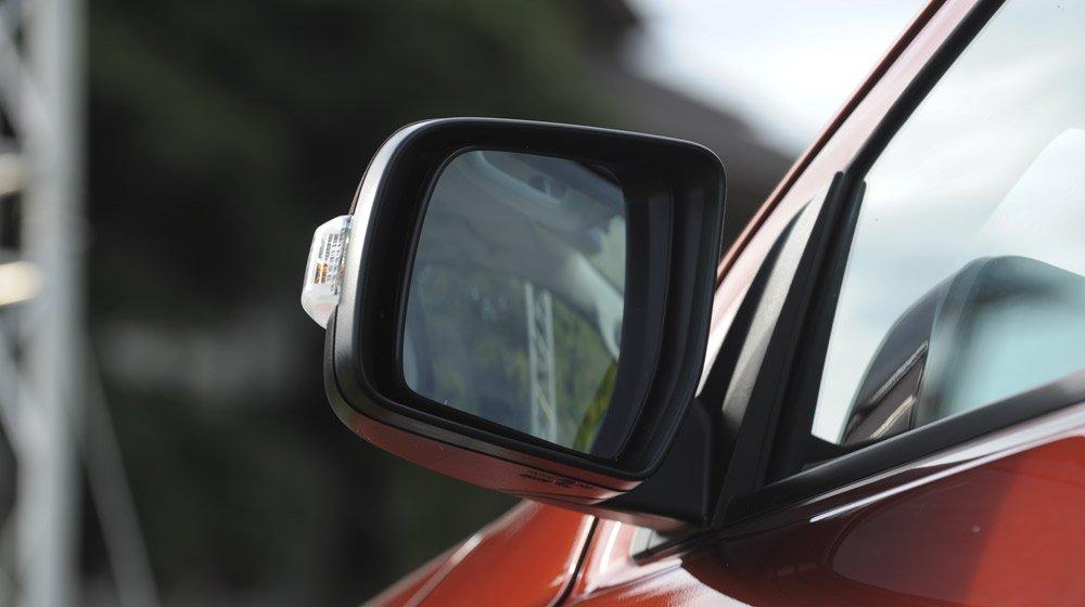 Đánh giá xe Ford Everest Trend 2016 có gương chiếu hậu tích hợp xi nhan.