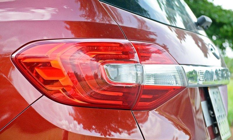 Đánh giá xe Ford Everest Trend 2016 phần đèn hậu LED 3D liền mạch với thanh crom.