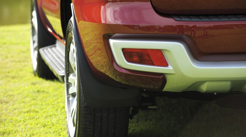 Đánh giá xe Ford Everest Trend 2016 có cản sau mạ bạc được ốp chắc chắn.