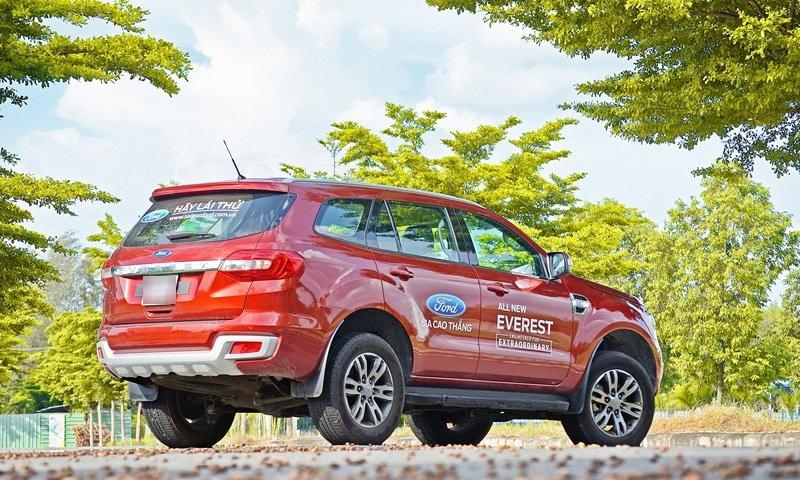 Đánh giá xe Ford Everest Trend 2016 phần đuôi mềm và liền mạch hơn.