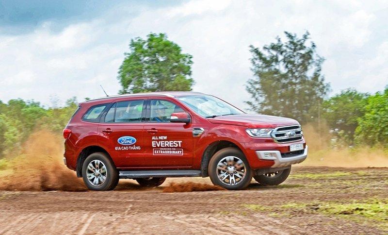 Đánh giá xe Ford Everest Trend 2016 có thân khá bệ vệ.