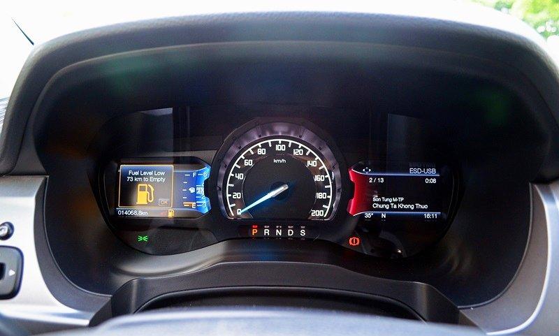 Đánh giá xe Ford Everest Trend 2016 có cụm đồng hồ lái tân tiến, hiện đại hơn.