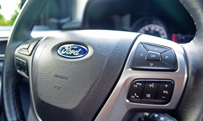 Đánh giá xe Ford Everest Trend 2016 có tích hợp nhiều phím tiện ích trên vô lăng.