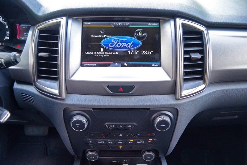 Đánh giá xe Ford Everest Trend 2016 có màn hình cảm ứng 8 inch đa thông tin.