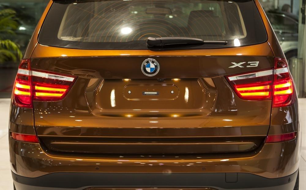 BMW X3 sử dụng đèn hậu dạng LED ống.