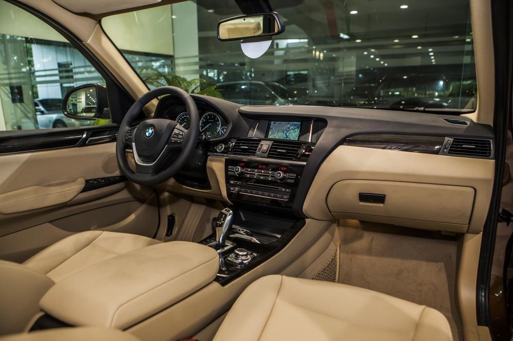 các chi tiết nội thất của BMW được bọc da tiêu chuẩn Sensatec, ốp gỗ Fine-line màu than Anthracite.