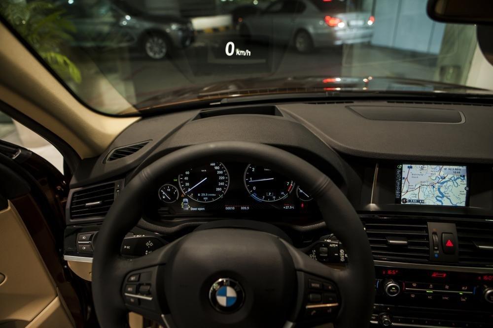 HUD - Head Up Display - hiển thị thông tin lên kính lái của BMW X3.