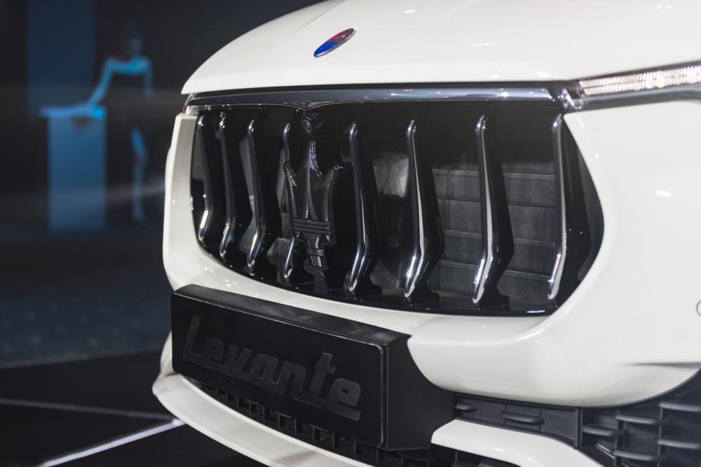 Đánh giá xe Maserati Levante 2017 có lưới tản nhiệt hàm cá mập với các nan lớn.