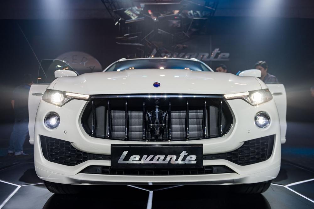 Đánh giá xe Maserati Levante 2017 có hốc hút gió nối liền, giữa là vị trí biển số.
