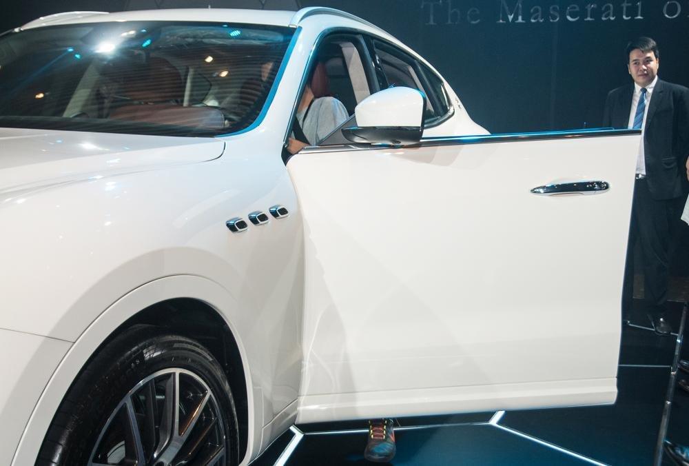 Đánh giá xe Maserati Levante 2017 có cửa xe tích hợp ốp bậc cửa đầu tiên trên xe SUV.