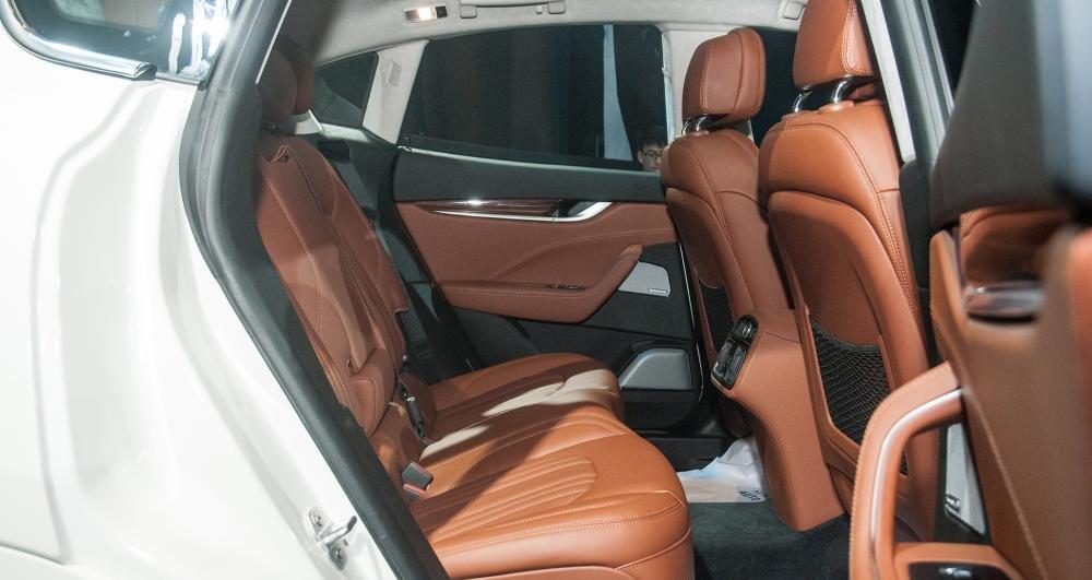 Đánh giá xe Maserati Levante 2017 có hàng ghế sau rộng rãi với 3 ghế kèm 3 tựa đầu.