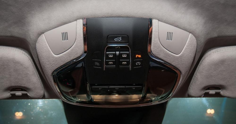 Đánh giá xe Maserati Levante 2017 có bảng điều khiển cửa sổ trời, khoang hành lý.