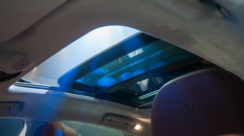 Đánh giá xe Maserati Levante 2017 có cửa sổ trời toàn cảnh cho cảm giác rất thoáng đãng khi mở.