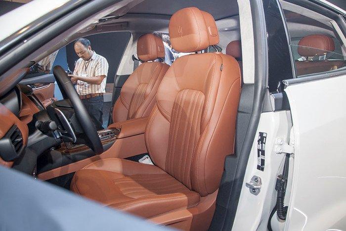 Đánh giá xe Maserati Levante 2017 có nội thất màu da bò toát lên sự sang trọng.