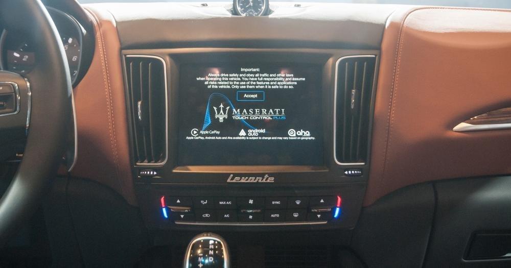 Đánh giá xe Maserati Levante 2017 có màn hình cảm ứng đa tính năng 8,4 icnh.