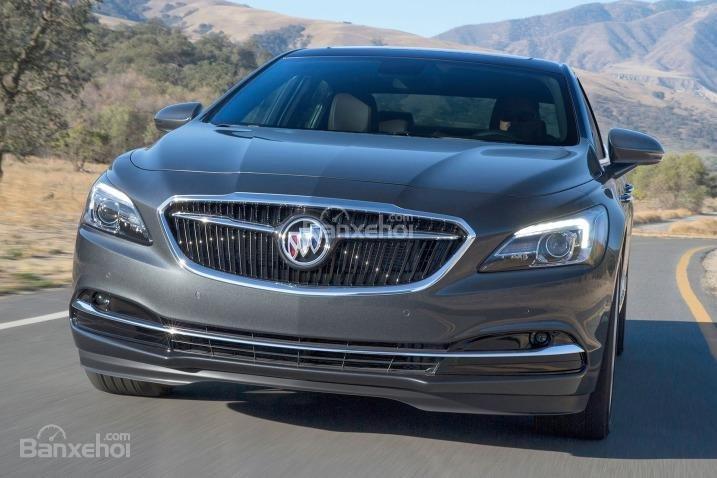 Đánh giá xe Buick LaCrosse 2017: Thiết kế đầu xe khá mềm mại.