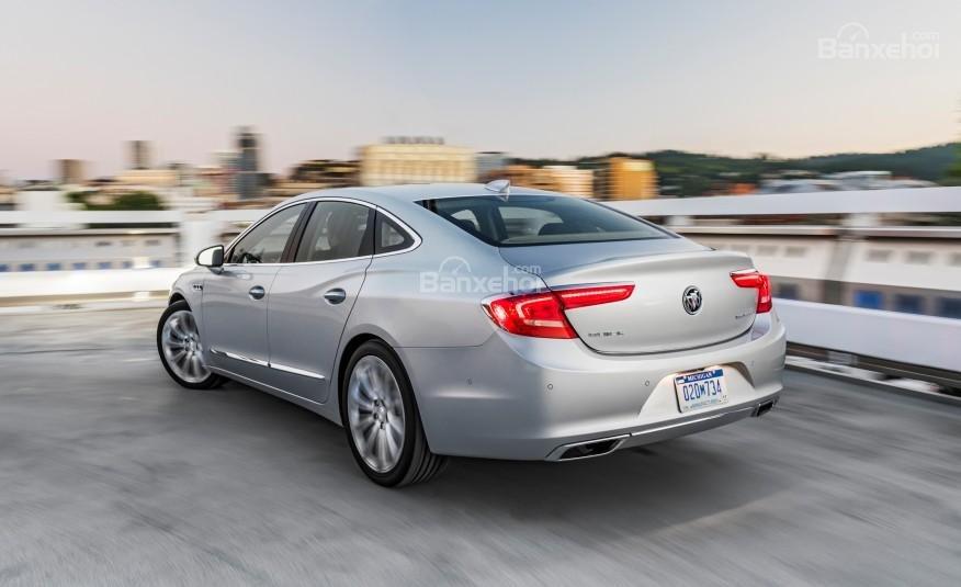 Đánh giá xe Buick LaCrosse 2017: Thiết kế phía sau tinh tế hơn phiên bản cũ.