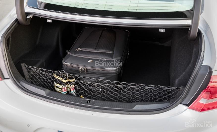 Đánh giá xe Buick LaCrosse 2017: Khoang hành lý được đánh giá ở mức trung bình trong phân khúc.