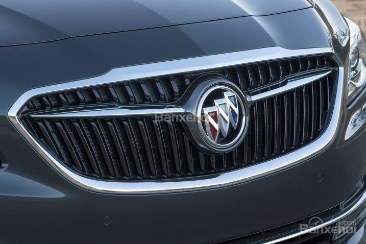 Đánh giá xe Buick LaCrosse 2017: Lưới tản nhiệt đặc trưng của hãng.