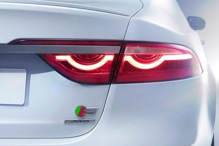 Đánh giá xe Jaguar XF 2017 có đèn hậu LED hình tia điện rất đặc trưng.