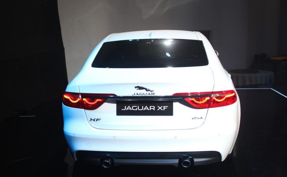 Đánh giá xe Jaguar XF 2017 nổi bật với logo chú báo đang chồm tới vồ mồi.