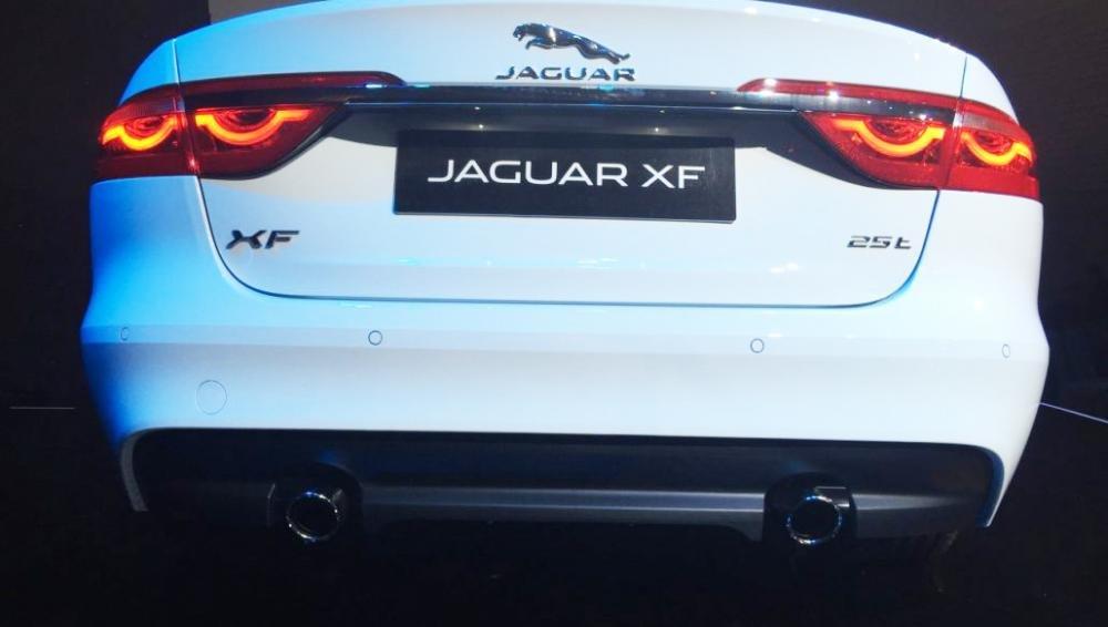 Đánh giá xe Jaguar XF 2017 có ống xả miệng tròn với bế ngang rộng hơn.