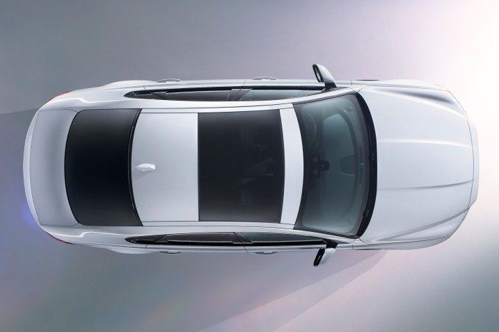 Đánh giá xe Jaguar XF 2017 có cửa sổ trời và ăng ten vây cá mập khi nhìn từ trên cao.