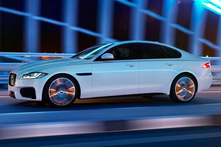 Đánh giá xe Jaguar XF 2017 có thân xe làm chủ yếu bằng nhôm đúc cứng và rất nhẹ.