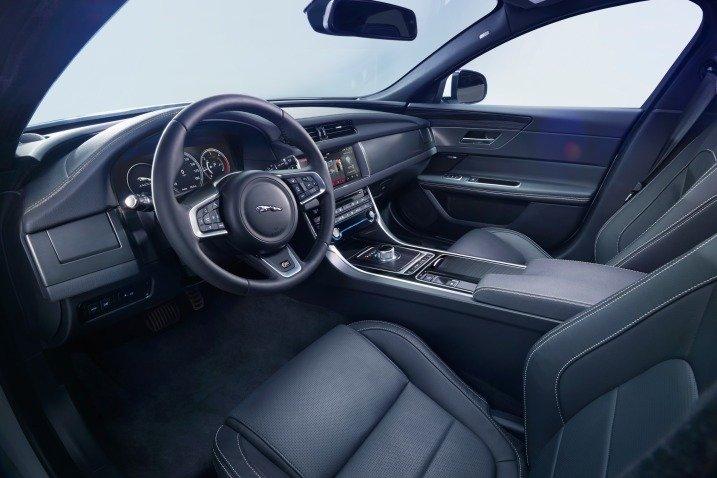 Đánh giá xe Jaguar XF 2017 có toàn bộ các ghế đều bọc da cao cấp.
