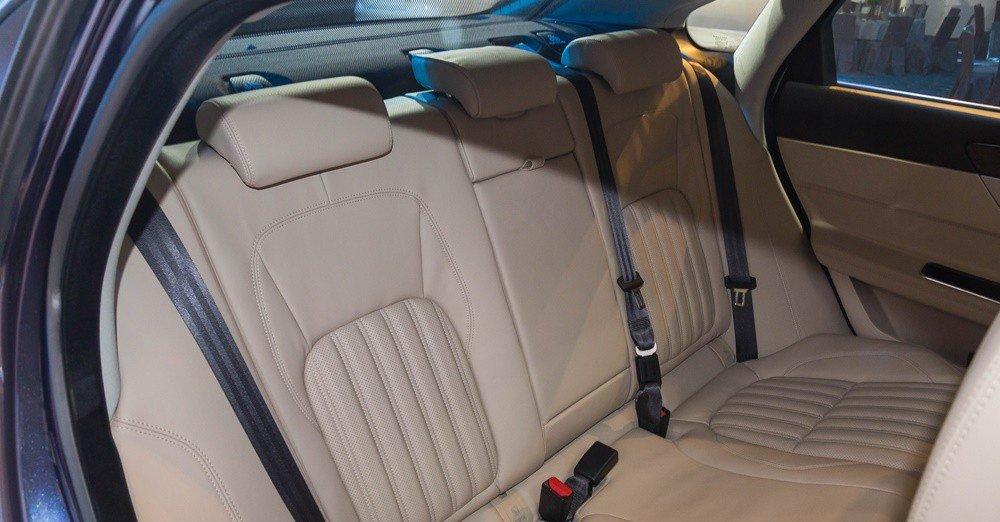 Đánh giá xe Jaguar XF 2017 có hàng ghế sau rộng rãi với 3 tựa đầu êm ái.