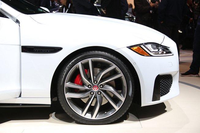 Đánh giá xe Jaguar XF 2017 có mâm 17 inch 5 chấu kép.
