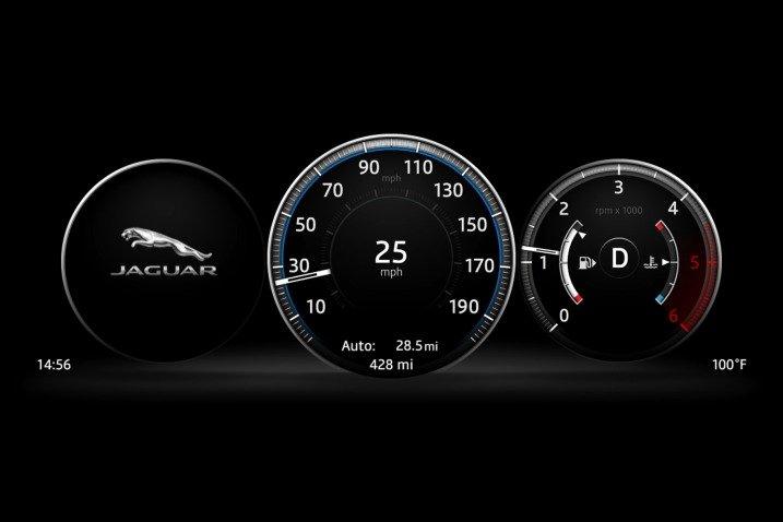 Đánh giá xe Jaguar XF 2017 có đồng hồ lái điện tử với màu sắc dịu mắt và sắc nét.