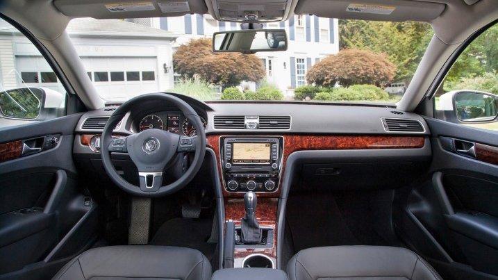 So sánh nội thất xe Volkswagen Passat và Renault Latitude - Cao cấp như nhau.