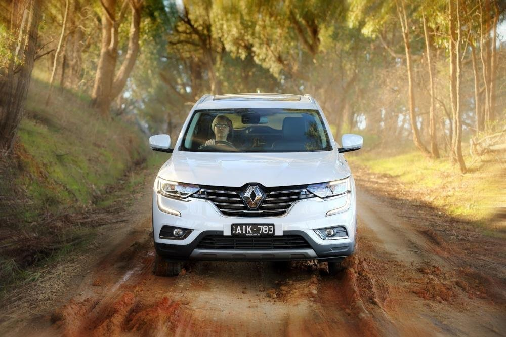 Đánh giá xe Renault Koleos 2017 có đầu xe thiết kế tinh tế với nhiều chi tiết mạ crom.