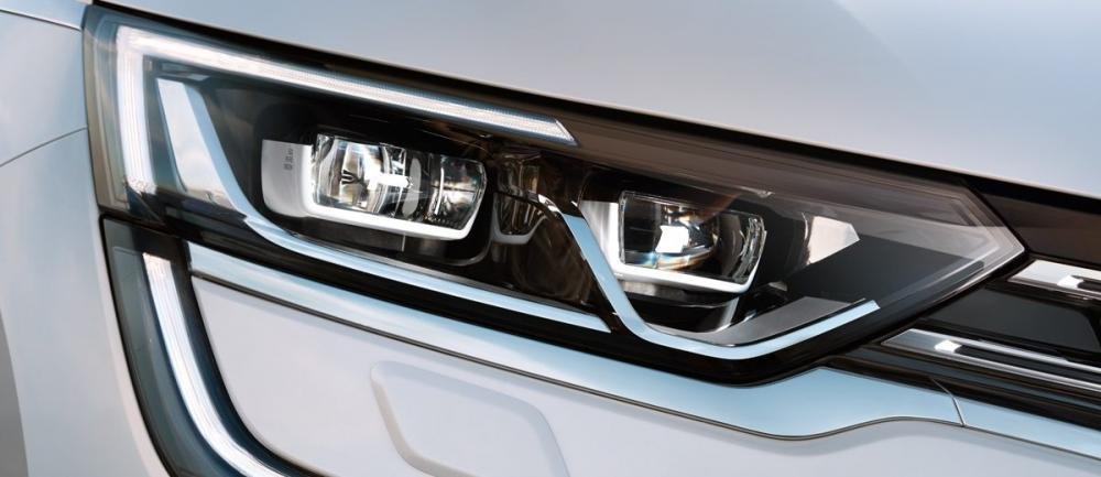 Đánh giá xe Renault Koleos 2017 có đèn pha Xenon và đèn LED ban ngày kéo dài rất độc đáo.
