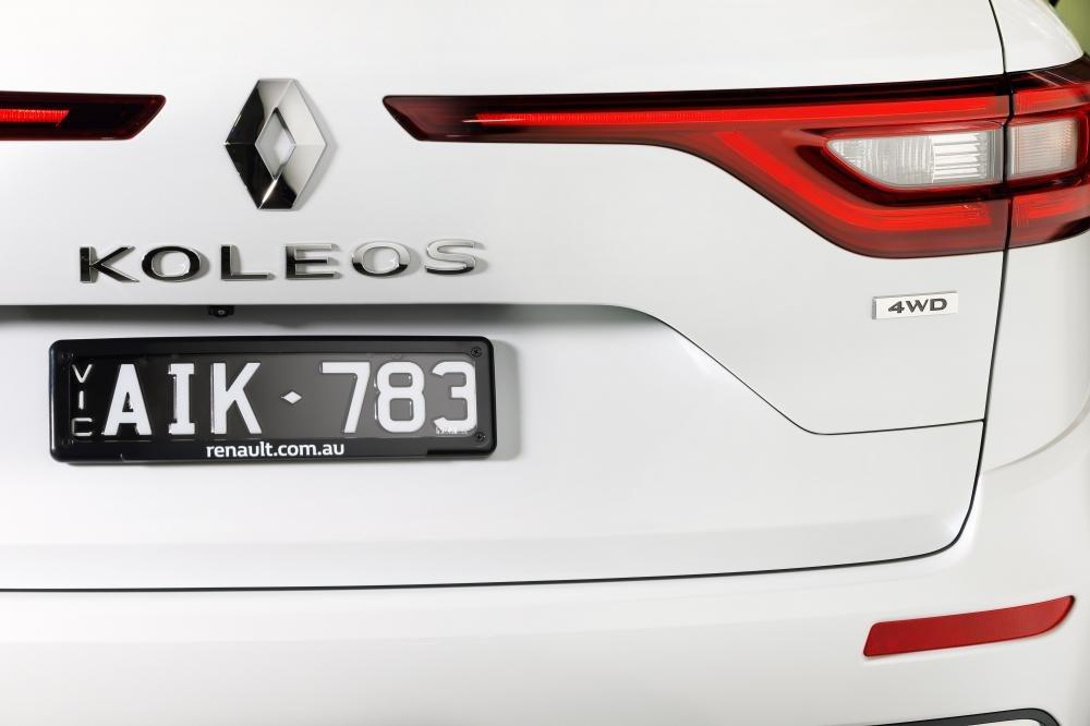 Đánh giá xe Renault Koleos 2017 có logo kim cương và tên thương hiệu đặt chính giữa.