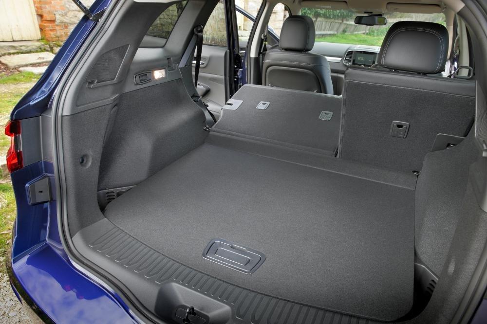 Đánh giá xe Renault Koleos 2017 có thể gấp gọn hàng ghế sau tăng không gian chứa hành lý.