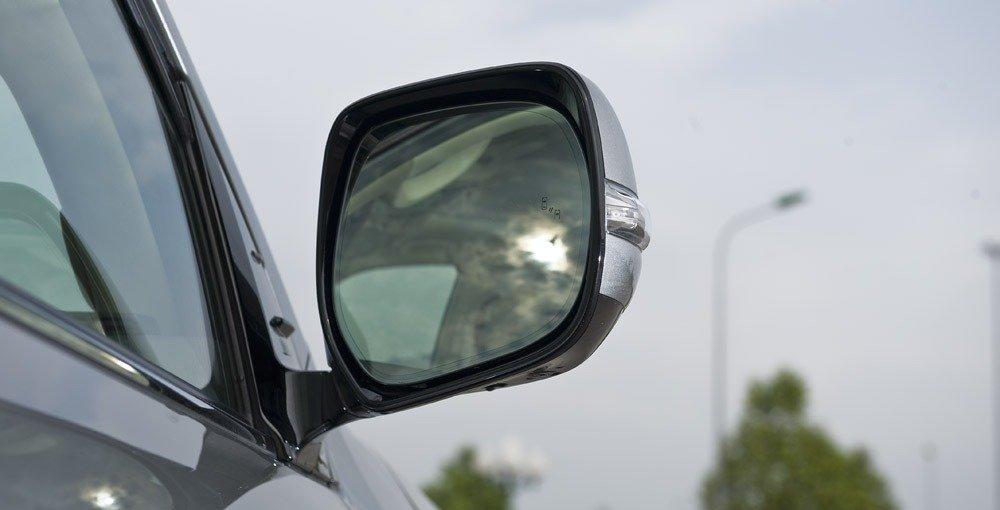 Đánh giá xe Lexus LX570 2016: Gương chiếu hậu có chức năng sấy và tự động gập khi lùi.