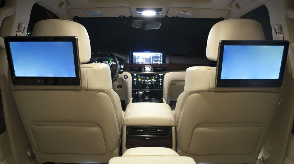 Đánh giá xe Lexus LX570 2016: Hàng ghế sau có màn hình giải trí dạng tinh thể lỏng.