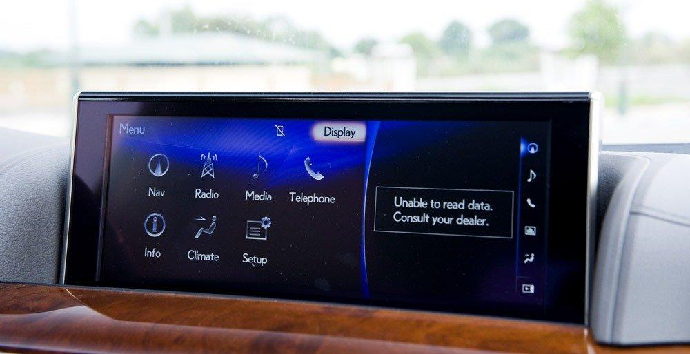 Đánh giá xe Lexus LX570 2016: Hệ thống âm thanh của Lexus LX 570 2016 có thể tích hợp Bluetooth và chế độ AV trên điện thoại.