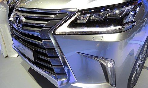 Đánh giá xe Lexus LX 570 2016: Dải đèn LED ấn tượng.