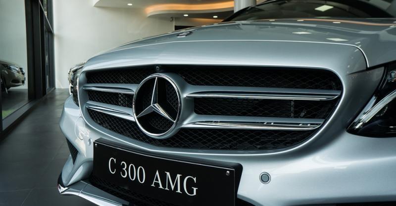 Đánh giá xe Mercedes-Benz C300 AMG 2016 có lưới tản nhiệt bản lớn mạ crom bóng.
