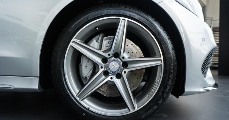 Đánh giá xe Mercedes-Benz C300 AMG 2016 có mâm xe với la zăng 5 chấu kép hình ngôi sao.